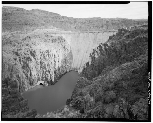 OVERALL_VIEW_UPSTREAM_OF_DAM_AND_OWYHEE_RIVER._VIEW_TO_EAST._-_Owyhee_Dam,_Across_Owyhee_River,_Nyssa,_Malheur_County,_OR_HAER_ORE,23-NYS.V,1[1]
